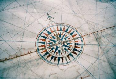 Do chmury z mapą regulacji i kompasem zgodności